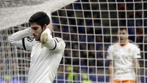 Guedes se lamenta de una ocasión de gol perdida.