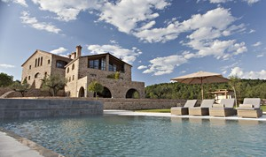 Exterior del hotel La Vella Farga, con la piscina a los pies.