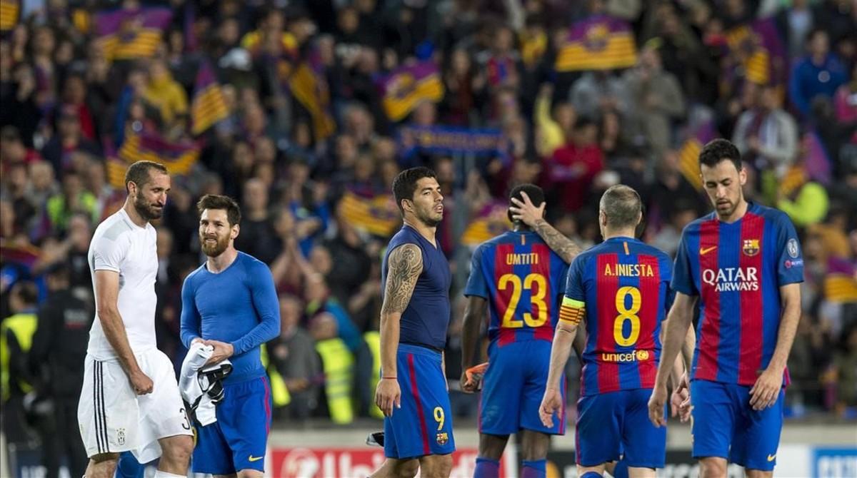 Semblante serio para los Messi Suarez y Busquets al quedar eliminados al final del partido de vuelta de los cuartos de final de la liga de campeonesentre el Barçay la Juventus.