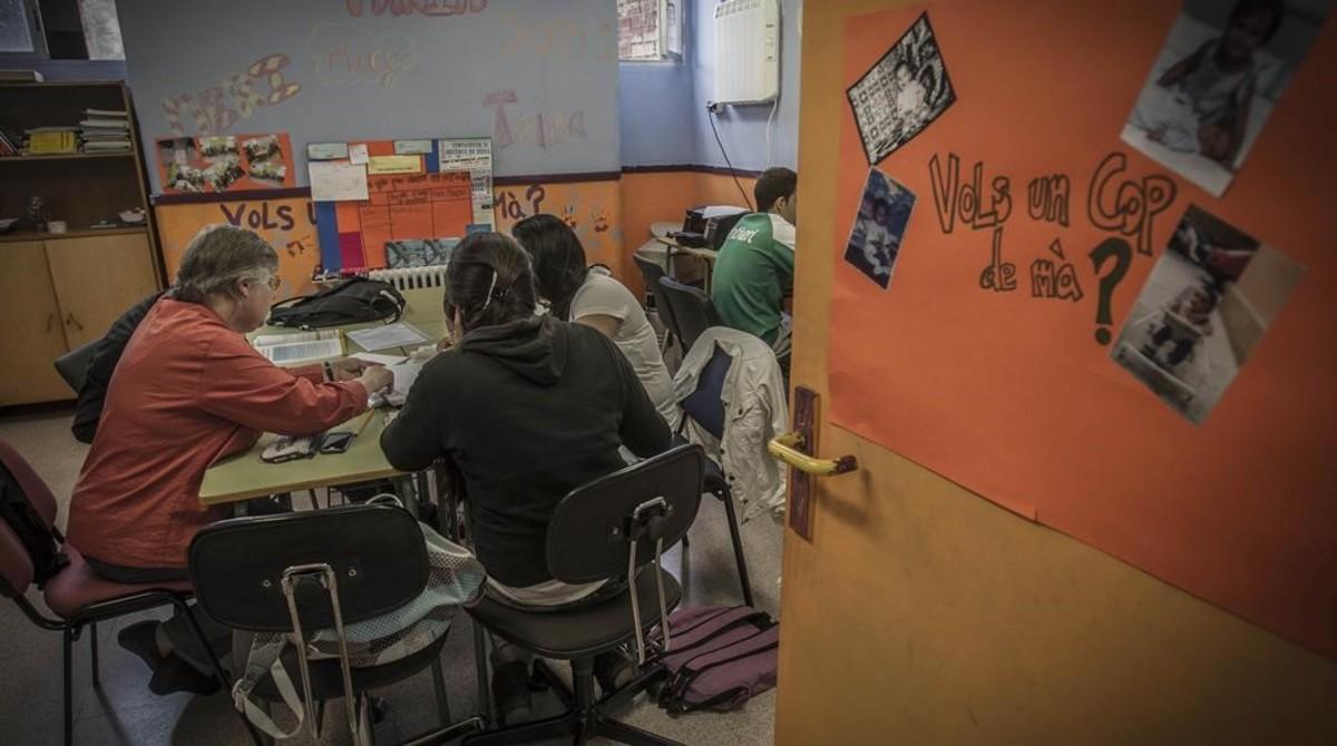 Un grupo de alumnos participa en un programa de la Fundació Pere Tarrés para ayudar a jóvenes en riesgo de exclusión.