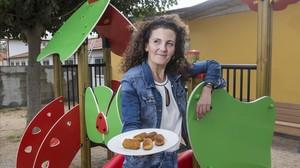 Cristina Romero, la madre que ha impulsado la campaña contra el despilfarro alimentario, con un plato de croquetas caseras.