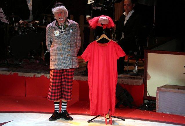 Imagen de la actuación del catalán Claret Clown este jueves en Cornellà, en la gala del Festival de Pallassos.