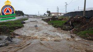 Imagen del río Seco de Vélez-Málaga, desbordado por las lluvias.