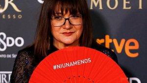 Isabel Coixet muestra un abanico rojo con el lema #Niunamenos, en la pasada gala de los Premios Goya.