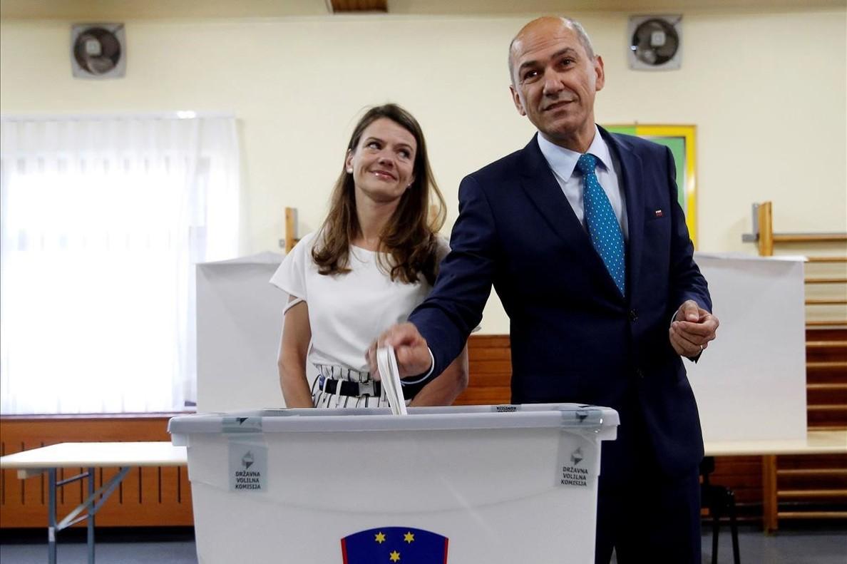 Janez Jansa y su esposa Urska depositan su voto en las elecciones del pasado 3 de junio en Velenje (Eslovenia).