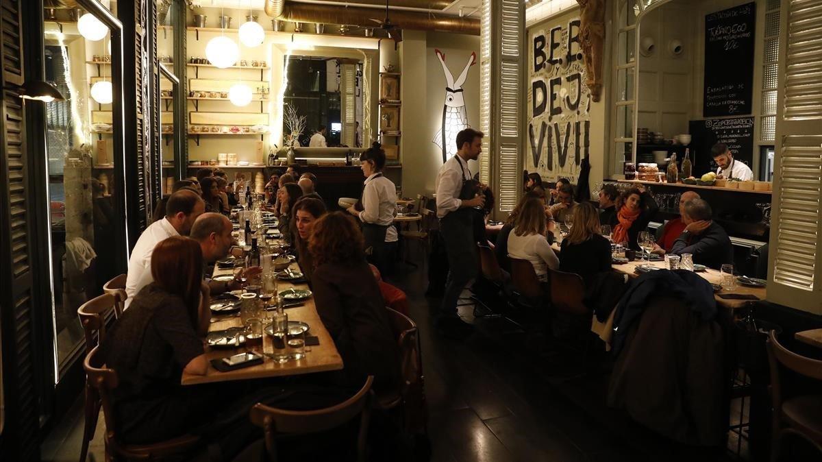 Las cenas de grupo prenavideñas repuntan y oxigenan la restauración de Barcelona