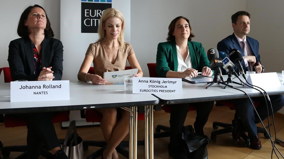 Colau, contra otras participantes en la cumbre de Eurocities, este miércoles en Bruselas.