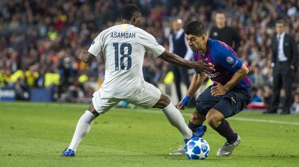 Suarez recorta a Asamoah durante el partido entre el FC Barcelona y el Inter de Milán.