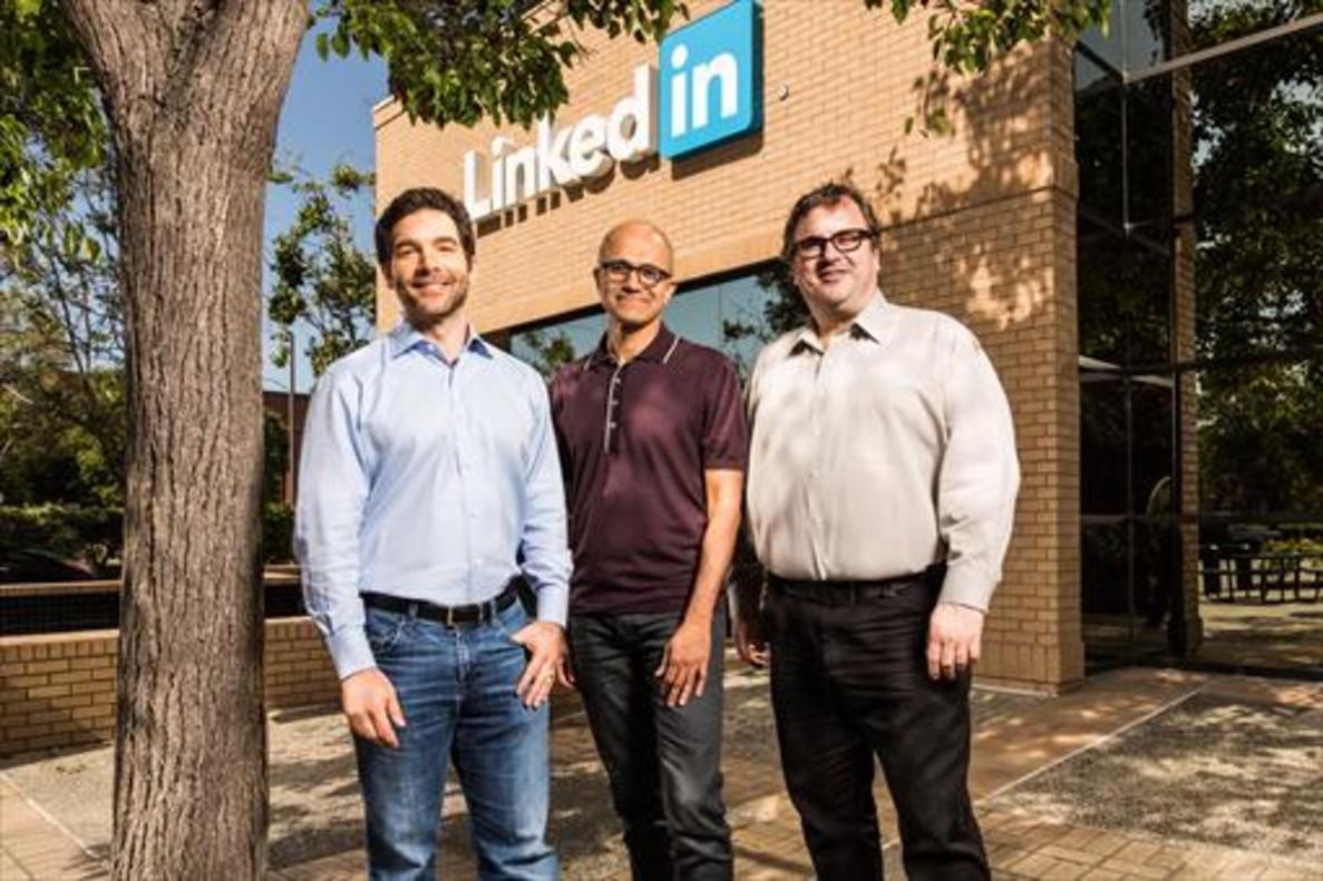 Jeff Weiner, Satya Nadella y Reid Hoffman.