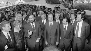 De izquierda a derecha,Merce Sala, Narcís Serra, Josep Borrelly Manuel Cháves,en la terminal del AVE en la Expo 92 de Sevilla, a su llegada del viaje inaugural de la alta velocidad procedente de Madrid.