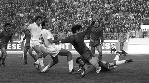 Joaquín remata a gol en el Albania-España disputado en Tirana en 1986.