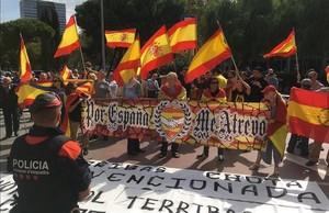 Una decena de ultras se concentraron a las puertas de Catalunya Ràdio para manifestarse contra la periodista Mònica Terribas.