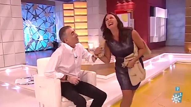 Juan y Medio corta la falda en directo a su compañera de programa.