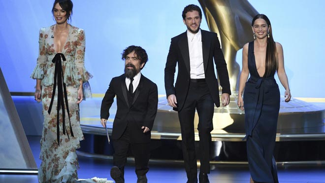 'Juego de Tronos' triunfa pero no brilla en los Emmy de las sorpresas. En la foto,Lena Headey, Peter Dinklage, Kit Harington y Emilia Clarke, de 'Juego de Tronos', en la gala de los Emmy.
