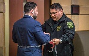 Un agente de la Oficina del Alguacil del Condado de Broward coloca las esposas al hispano-estadounidense Pablo Ibar, durante su juicio en el tribunal estatal de Florida, en Fort Lauderdale, Florida (EE.UU.). El cuarto juicio contra el hispano-estadounidense Pablo Ibar por un triple asesinato cometido en Miramar (Florida) en 1994 entra en su fase de deliberaciones, en la que un jurado deberá decidir si lo declara culpable o no culpable.