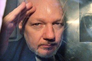 Julian Assange, en una imagen captada en 2019 a través de la ventana de la prisión en la corte de Londres