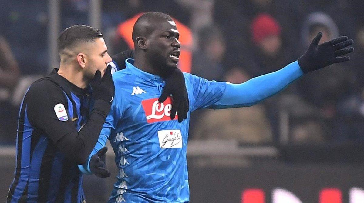 Kalidou Koulibaly se queja tristemente por su expulsión tras haber pasado todo el partido oyendo como le insultaban los hinchas del Inter.