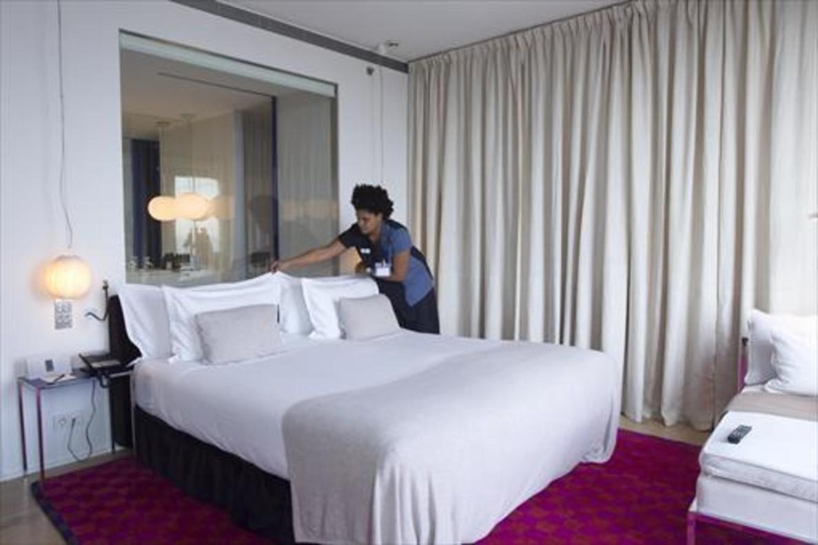 Una limpiadora de habitaciones,conocidas como kellys, en un hotel de Barcelona.