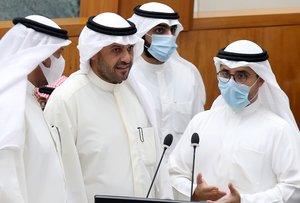 Miembros del gobierno kuwaití, en el parlamento del país árabe, este martes.