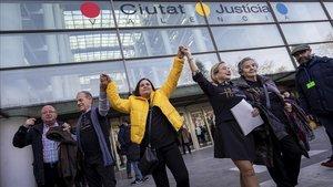Las víctimas del accidente del Metro València celebran la sentencia a las puertas dela Ciudad de la Justicia
