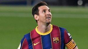 Leo Messi mira el electrónica ante el Villarreal.