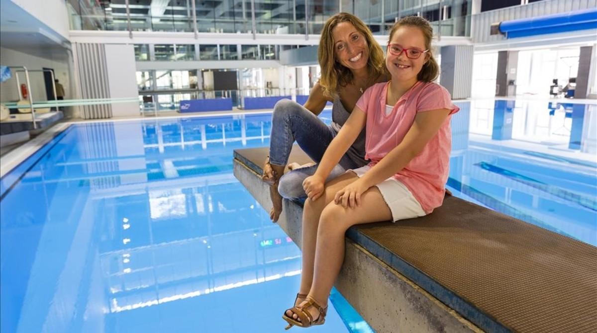 La nadadora Gemma Mengual con Elena, en el calendario Talita.