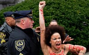 Una mujer protesta en la entrada del juicio a Bill Cosby.