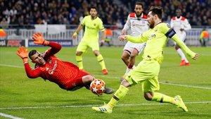 Lopes, el portero del Olympique de Lyón, frena una ocasión de Messi.