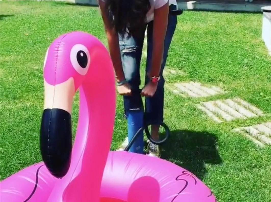 La televisiva Paz Padilla hincha el hinchable de moda este verano, el flamenco pink..