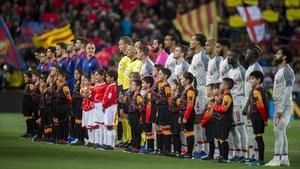 Los jugadores de Barça y Liverpool, minutos antes de enfrentarse en semifinales de la Champions en el Camp Nou.