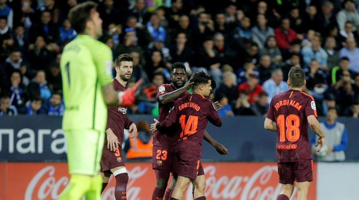 Los jugadores del Barça felicitan a Coutinho tras el 0-2.