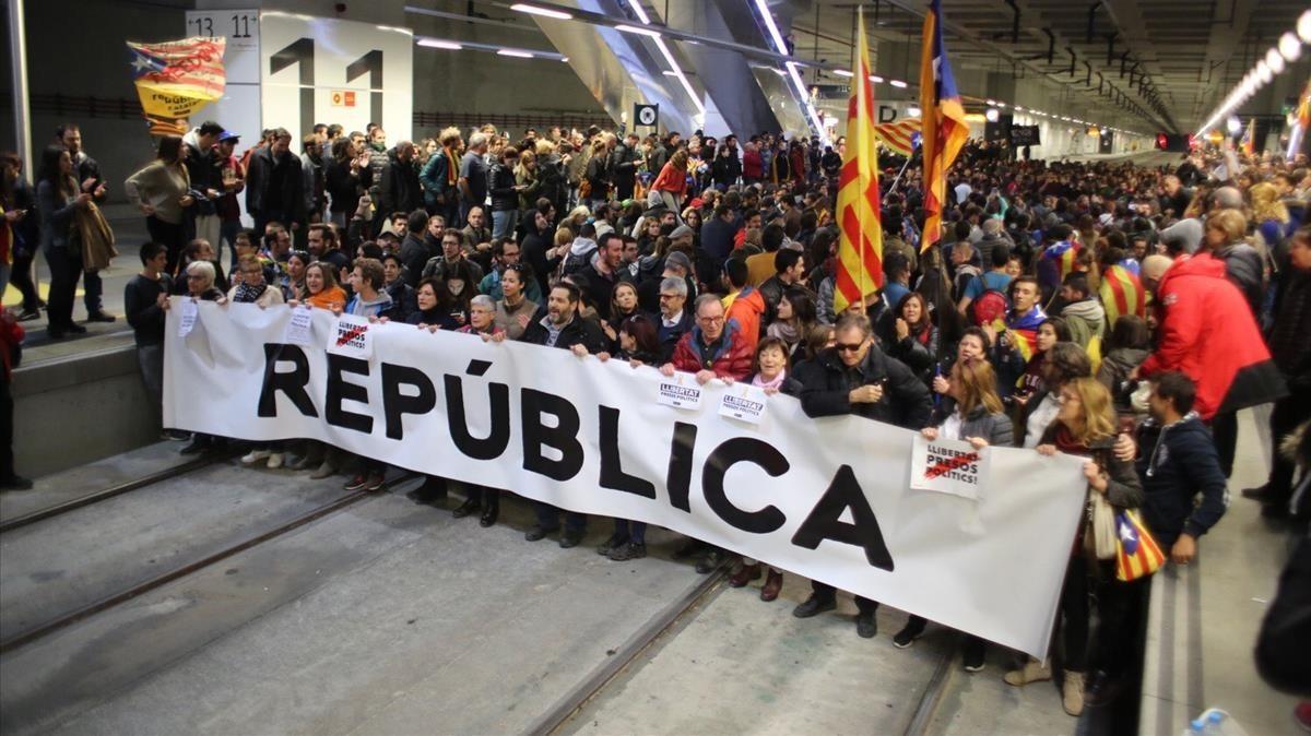 Los manifestantes cortan las vías del AVE en la estación de Girona, durante la huelga general del 8 de noviembre del 2017.