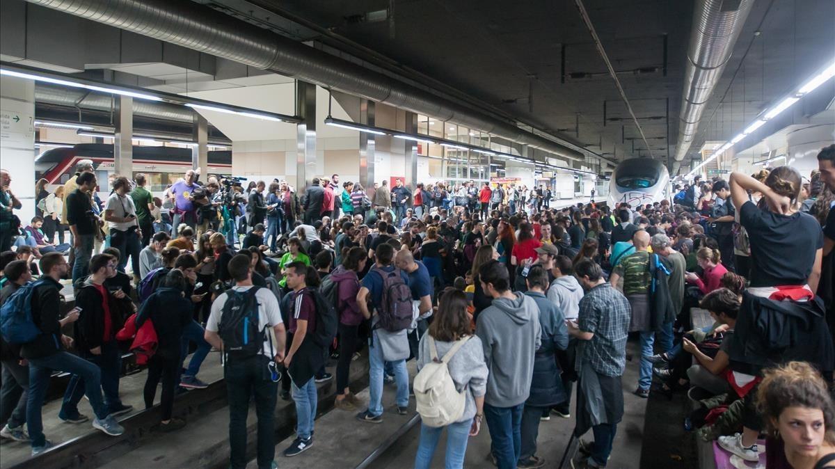 Los manifestantes ocupando las vías del AVE en la estación de Sants, el pasado 8 de noviembre.