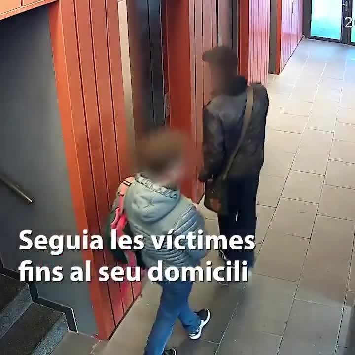 Los Mossos detienen a un hombre que robaba a menores con un cuchillo.