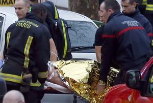 Los sanitarios se llevan al agente herido, tras el tiroteo de ayer, en Motrouge, al sur de París.