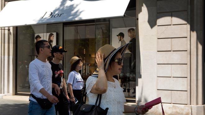 Los turistas japoneses que visitan Catalunya gastan el triple que el resto, como explica la 'consellera' de Empresa, Àngels Chacón. En la foto, turistas japoneses en tiendas de lujo del paseo de Gràcia de Barcelona.