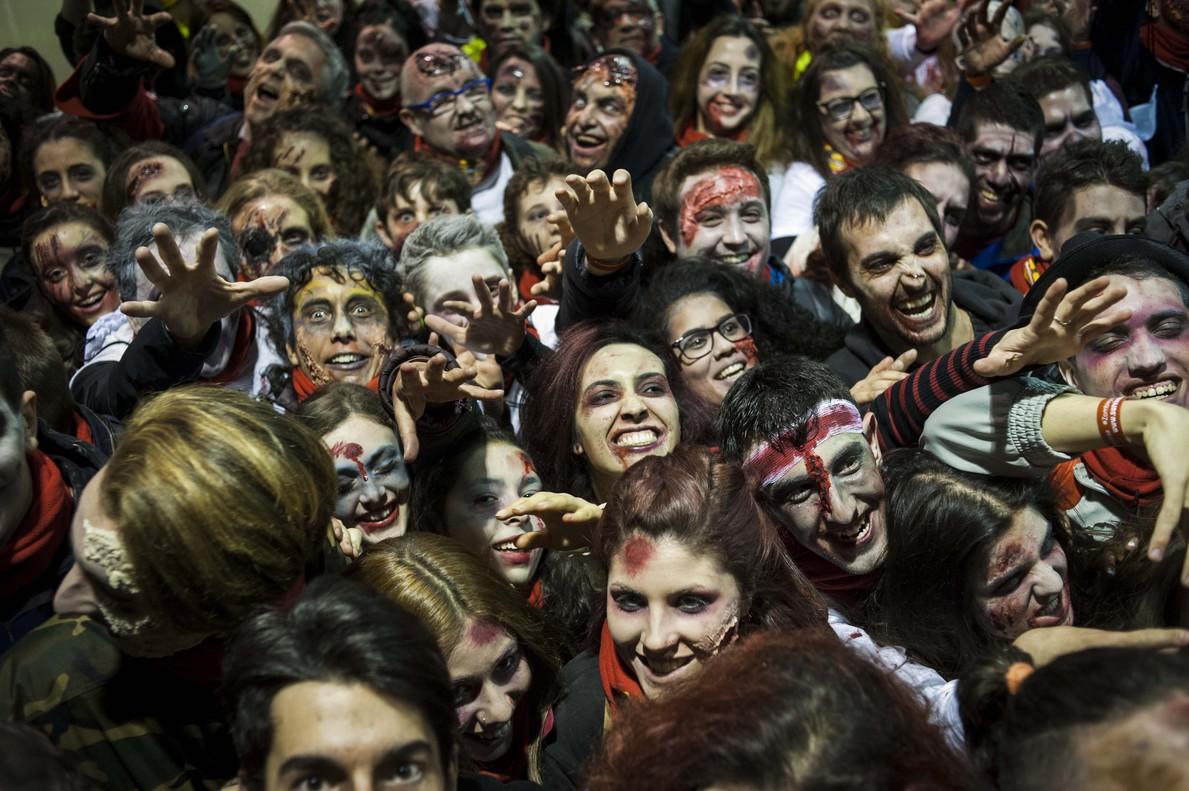 Los zombies ocuparon Terrassa gracias a los más de 3.500 participantes que formaron parte de la Vodafone yu Survival Zombie.