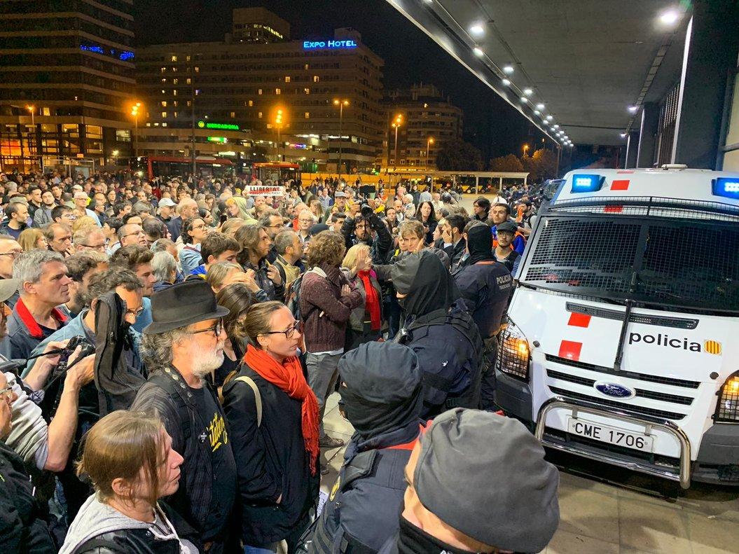 Manifestantes convocados por los CDR en la Estació de Sants.