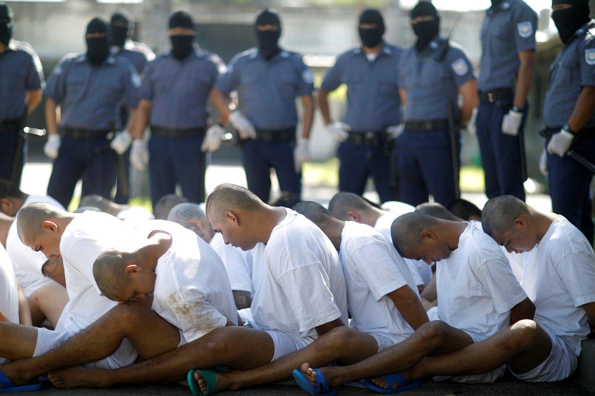 Las pandillas, un fenómeno considerado como herencia de la guerra civil (1980-1992).