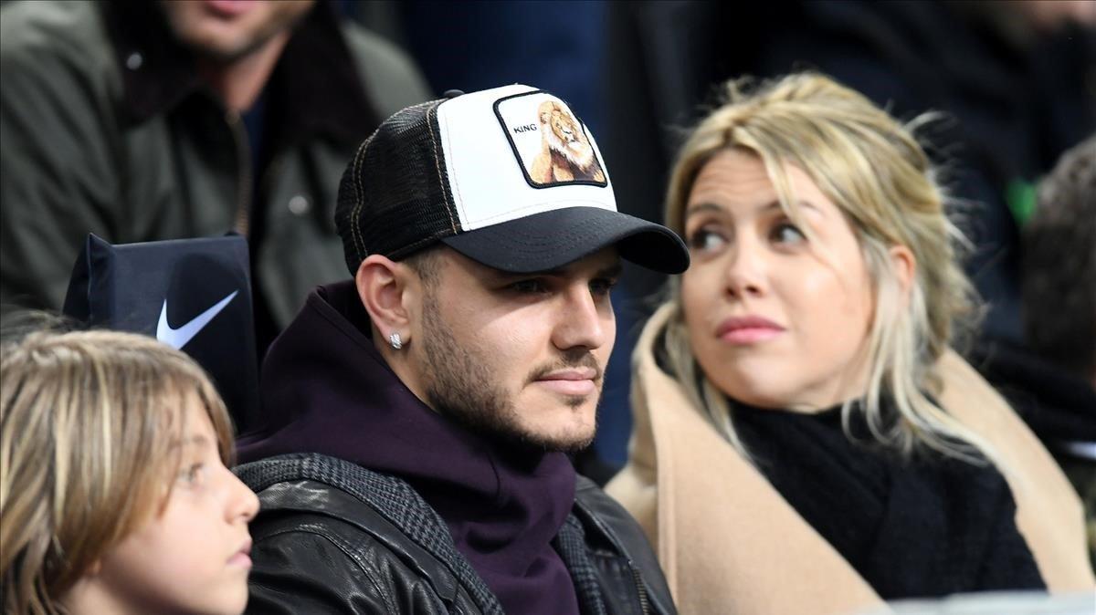 Mauro Icardi y Wanda Nara en las gradas del San Siro.