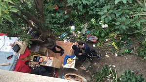 Un grupo de menores marroquís cocinan la cena en su campamento en la montaña de Montjuïc.
