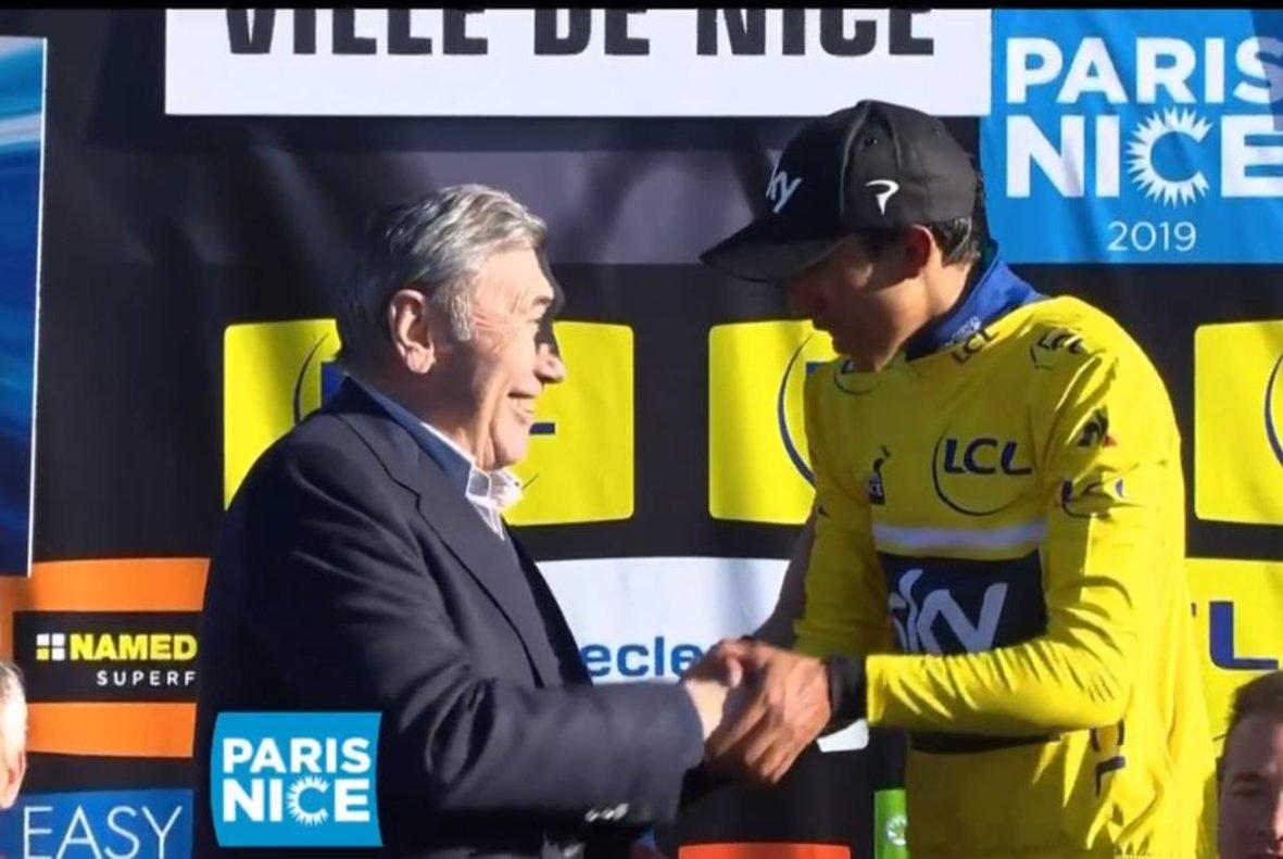 Eddy Merckx saluda a Bernal en el podio de la París-Niza.