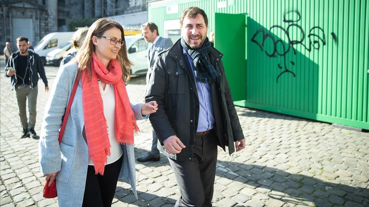 Los exconsellers Meritxell Serret y Toni Comín, el pasado 19 de abril camino del tribunal de primera instancia de Bruselas que examina su caso.