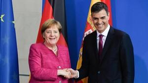 Merkel y Sánchez se estrechan la mano tras la rueda de prensa que han celebrado en Berlín.