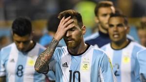 Messi, desolado tras el empate de Argentina ante Perú.