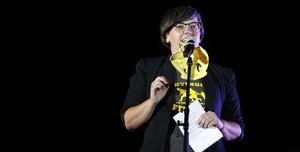 La diputada Mireia Boya, anoche,lanzando su mensaje a los comuns.
