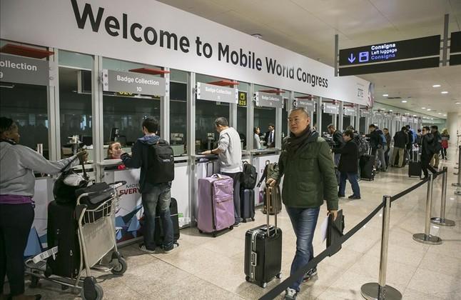 Llegada al aeropuerto de El Prat de congresistas del Mobile WorldCongress.