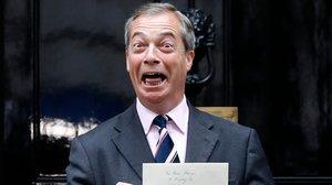 Nigel Farage, frente a la puerta del 10 de Downing Street, con una carta para la aún primera ministra, Theresa May, en la que pedía que su partido sea incluido en las futuras negociaciones con Europa.