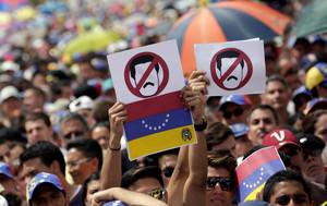 Opositores a Nicolás Maduro, durante una protesta en Caracas, este miércoles.
