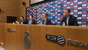 Òscar Perarnau (derecha), nuevo director general deportivo, junto al presidente Chen Yansheng en la rueda de prensa de su presentación.